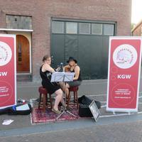 Ver.markt16-Irenka_en_Marinka_zingen_en_spelen_uit_het_KGW_gitaarboek.JPG