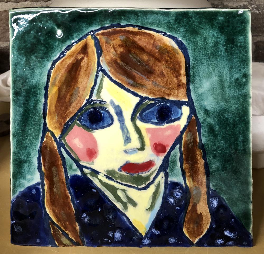 Portret op tegel, onderglazuur en glazuur, Annette Schiff 2020